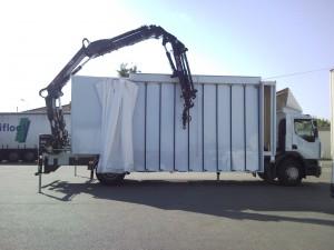 Camion miroitier avec grue en porte-à-faux